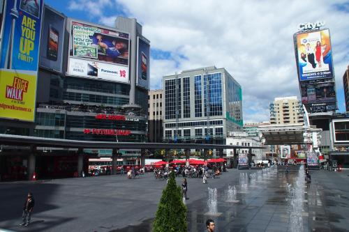 Luxury Suites At Yonge Street - Toronto, ON M5E 1Z8
