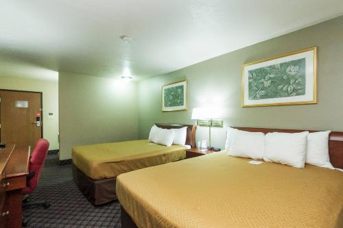 Econo Lodge Inn & Suites Des Moines Photo
