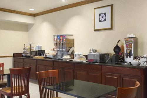 Country Inn & Suites by Radisson, Columbia, MO Photo