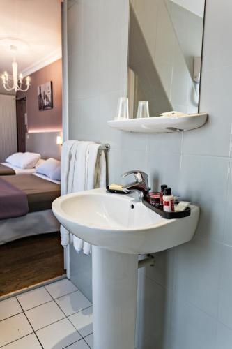 Modern Hotel photo 35