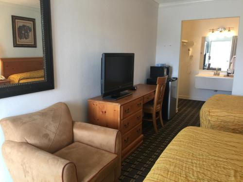 Houston Inn and Suites Photo
