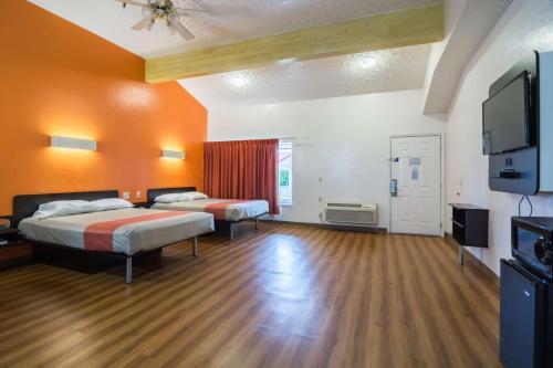 Motel 6 Globe Photo