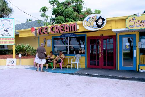 Anna Maria Island Retreat - Bradenton Beach, FL 34217