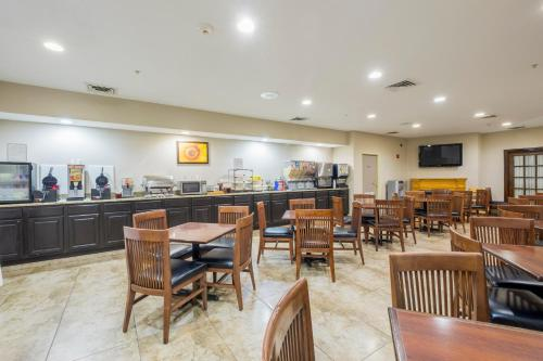 Country Inn & Suites by Radisson, Matteson, IL Photo
