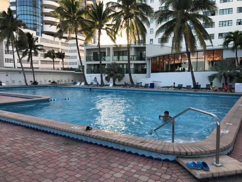 Miami Beach Sunshine At Casablanca - Miami Beach, FL 33141