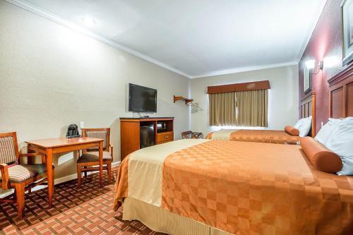 Rodeway Inn & Suites - Pasadena Photo