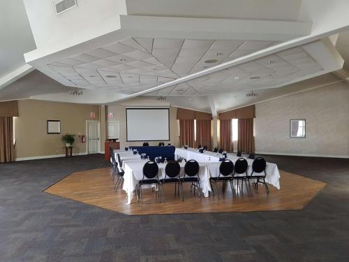 Best Western Plus Durham Hotel & Conference Centre - Oshawa, ON L1J 5Y6