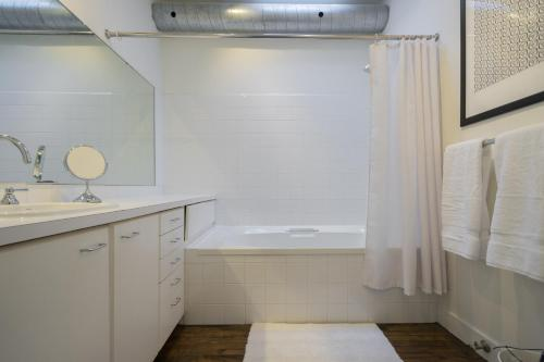Applewood Suites - 2 Story Ossington Loft - Toronto, ON M6J 2Y9