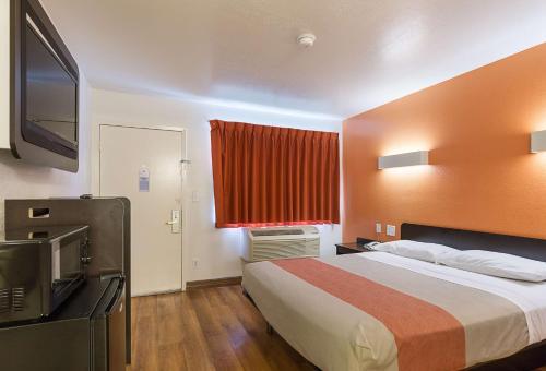 Motel 6 Conroe Photo