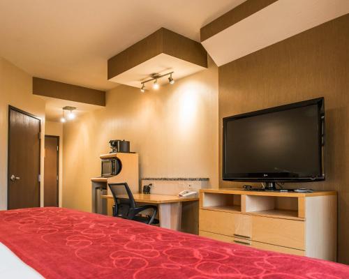 Comfort Suites Monroeville Photo