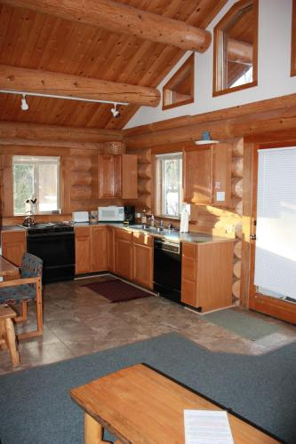 Sleeping Wolf One Bedroom At Wolfridge Resort - Winthrop, WA 98662