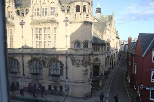 107a St. Aldates, Oxford, OX1 1BU, United Kingdom.