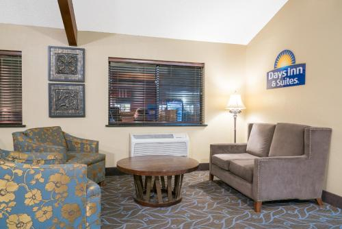 Days Inn & Suites By Wyndham Baxter Brainerd Area - Baxter, MN 56425