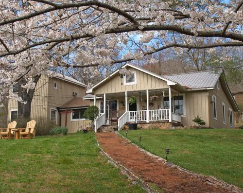 Henson Cove Place Bed And Breakfast W/cabin - Hiawassee, GA 30546