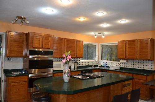 Lakeside Vacation House - Burnaby, BC V5E 2T5