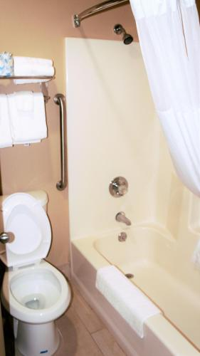 Quality Inn & Suites Near White Sands National Monument Photo