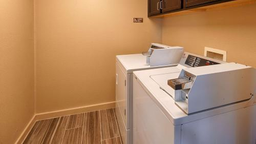Best Western Governors Inn & Suites - Wichita, KS 67216