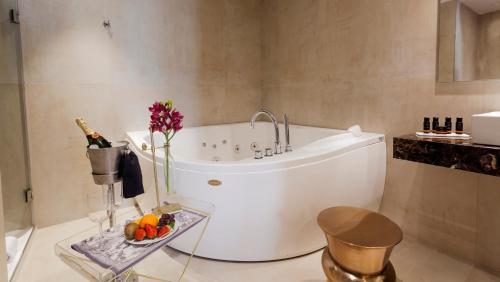 Habitación Doble Deluxe con jacuzzi® Hotel Palacete de Alamos 5
