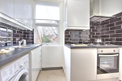 Brondersbury Park Apartment photo 8