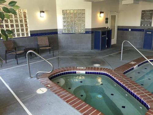 Best Western Plus Gateway Inn & Suites - Aurora Photo