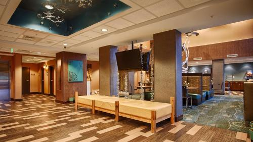 Best Western Plus Chain of Lakes Inn & Suites Photo