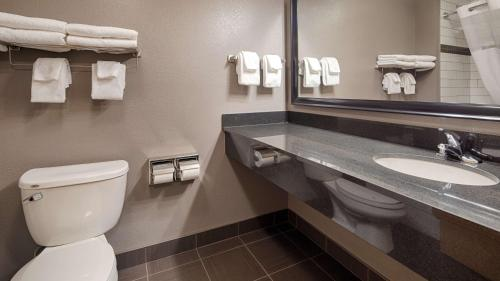 Best Western Plus Eastgate Inn & Suites - Regina, SK S4Z 1A5