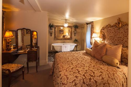 Russell Manor Bed & Breakfast - Morrisburg, ON K0C 1X0