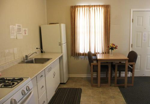 Boundary Motel - Osoyoos, BC V0H 1V5