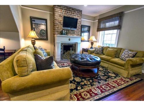 Oglethorpe Square Main + Garden Home - Three-bedroom - Savannah, GA 31401