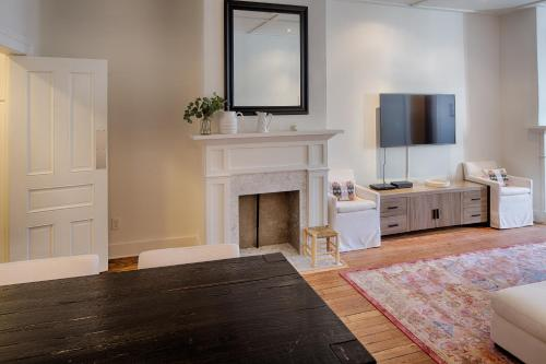 Washington Square Abode - Three-bedroom - Savannah, GA 31401