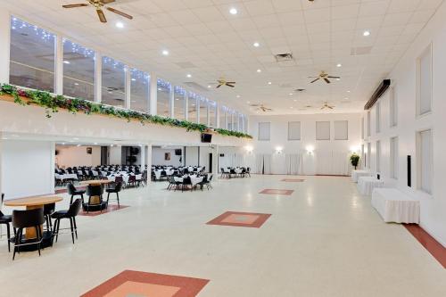 Ramada Richland Center Photo