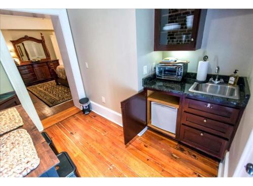 Oglethorpe Square Garden Apartment - One-bedroom - Savannah, GA 31401
