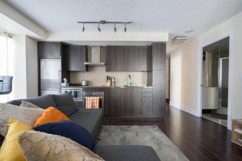 Applewood Suites - Luxury 3 Bdrm - Toronto, ON M5V 0E9