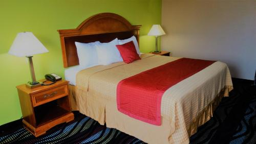Oak Tree Inn & Suites - Claxton, GA 30417