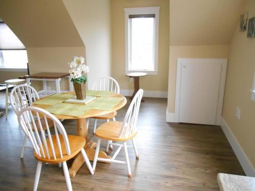 Quiet Lakeside 2 Bedroom Vacation Rental - Halifax, NS B2V 1A8