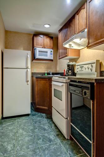 Best Western Plus Suites Downtown - Calgary, AB T2R 1B6