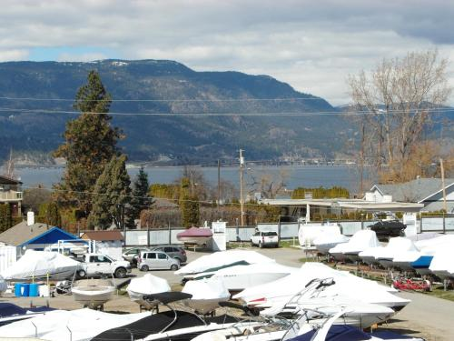Charles M Suites By Discover Kelowna Resort Accommodations - Kelowna, BC V1W 3K7