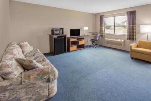 Super 8 By Wyndham Hebron Lowell Area - Hebron, IN 46341