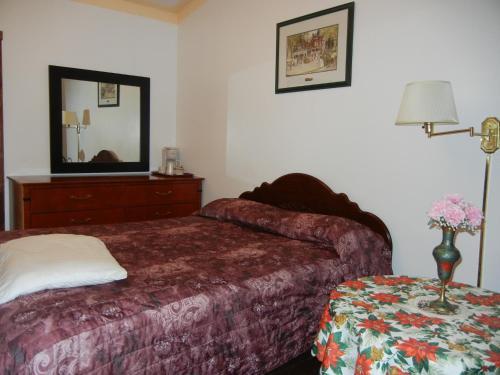 Holiday Motel - Orillia, ON L3V 4P6