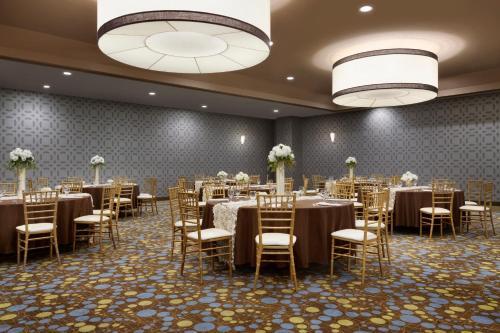 Radisson Hotel Fresno Conference Center Photo
