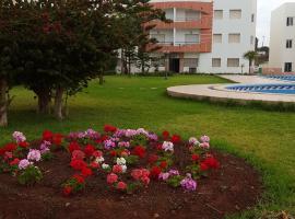 A picture of the hotel: Appartement de charme proche plage des Sablettes avec piscine