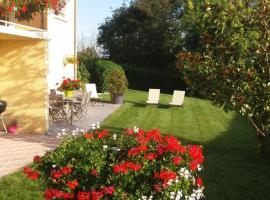 Fotos de Hotel: Ma maison fleurie proche aéroport, Eurexpo