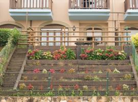 Hotel photo: Apartamento con jardín privado frente a la Playa de Comillas
