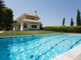 Hotel Foto: Villa with swimming pool and garden