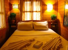 Hotel photo: Pele's Windsong Wood Cottage on the beach