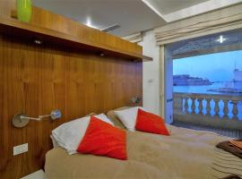 Hotel photo: Grand Harbour Seafront Apartment