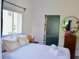 Hotel photo: 5 Min From Gordon Beach - Design Apt For 6 #TL10
