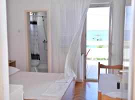 Hotel photo: Triple Room Metajna 206a