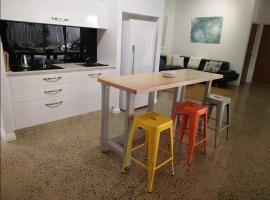 Hotel kuvat: Crazy About Cairns Industrial Design - 3 Bedrooms