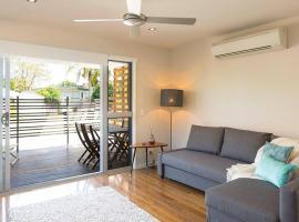 Foto di Hotel: New Designer Home + Parking + Close to Airport